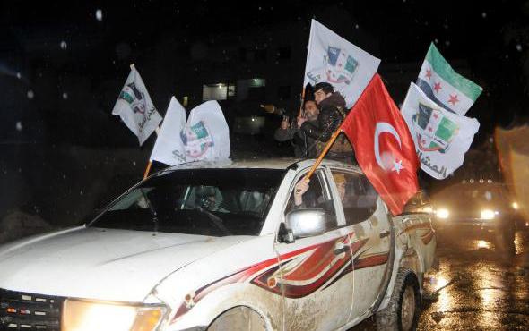 Sınırda son durum! Ellerinde Türk bayrağı ve tekbirlerle geldiler