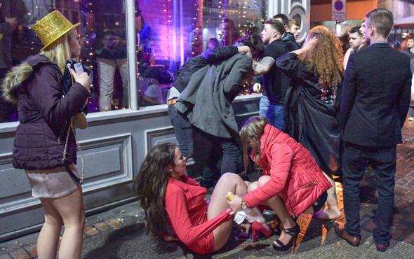 Yılbaşı partisinde eğlencenin dozu kaçtı! Skandal kareler
