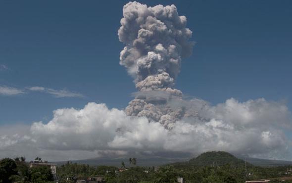 Filipinler'de yanardağ patladı! Halk tehdit altında..