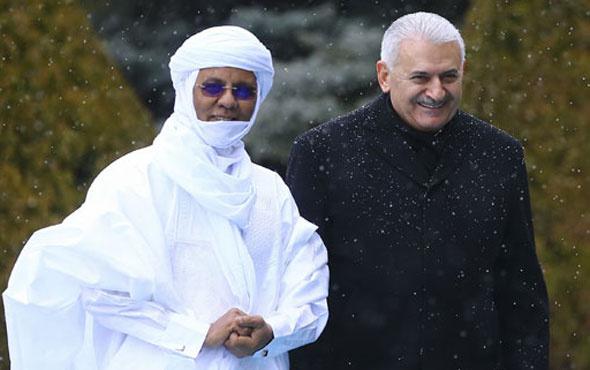Nijer Başbakanı'nın ilginç kıyafeti olay oldu! Üşüdüğü için mi...