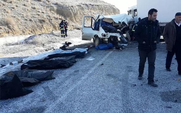 Minibüs kamyonla çarpıştı: Ölü ve yaralılar var
