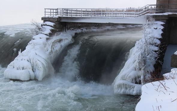 Niagara Şelaleleri'nden buz akıyor