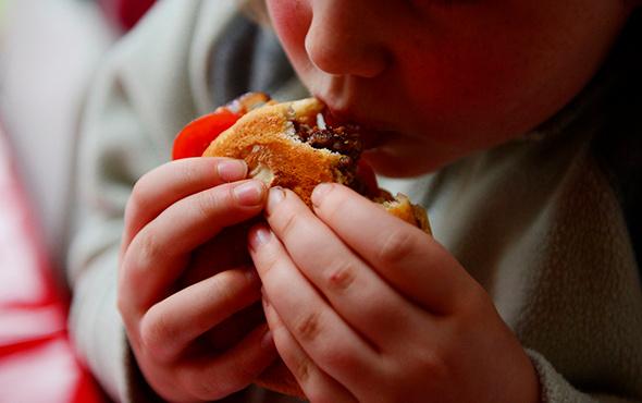 Tek seferde çok fazla yemek yemek insanı öldürür mü?