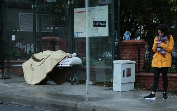 Otobüs durağı evi oldu onu görenler şaştı kaldı
