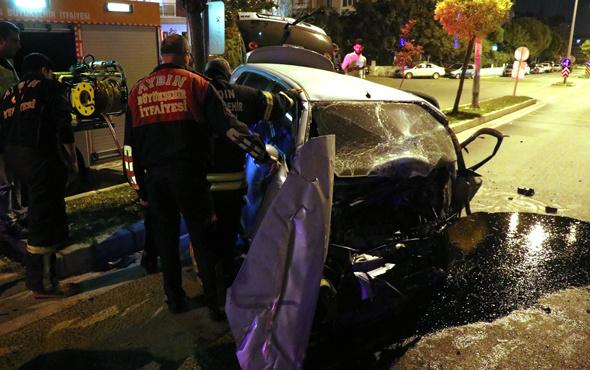 Aydın'da otomobil cami duvarına çarptı: 2 yaralı