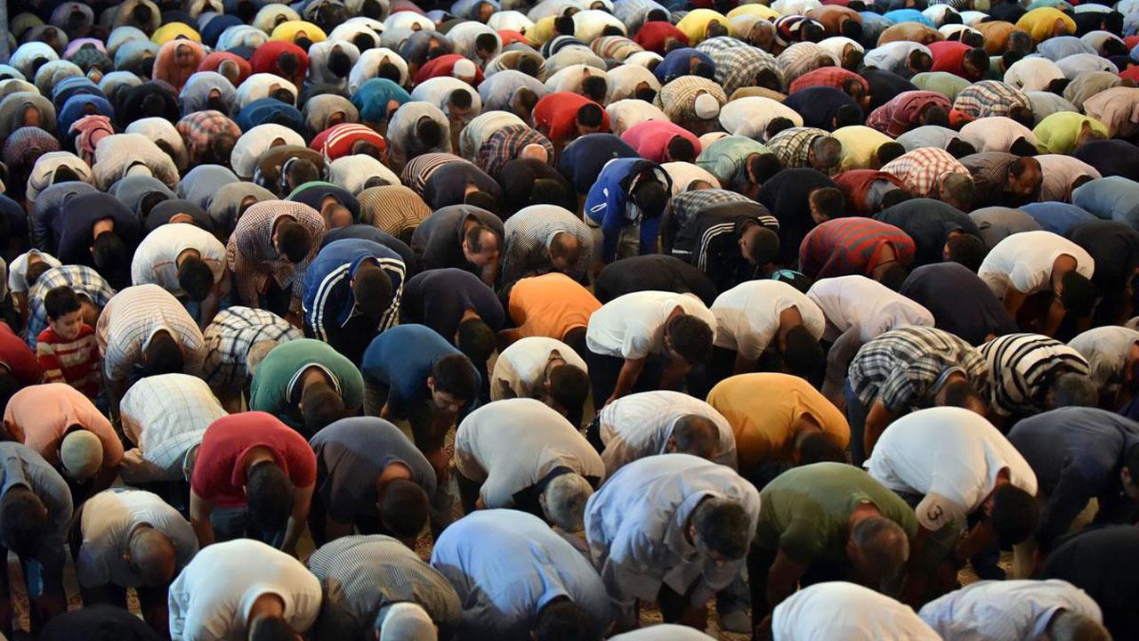 Cuma namazı kaç rekat nasıl kılınır okunacak duaları hangisi