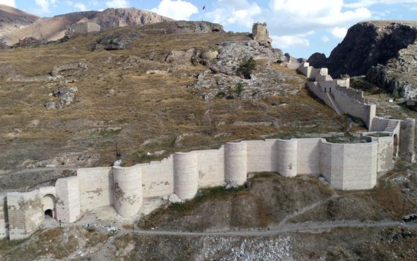 Sivas'ta temelinden burcuna 788 yıllık Türk kalesi