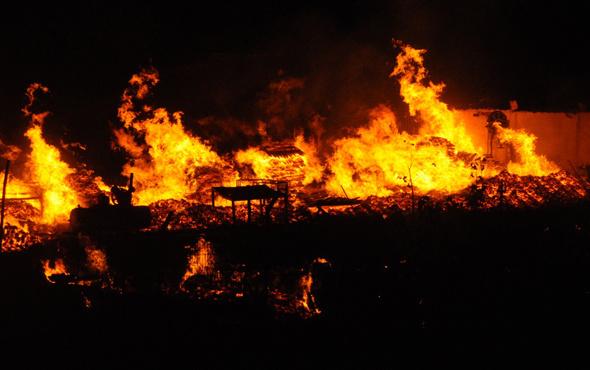 Kocaeli'de palet imalathanesinde yangın