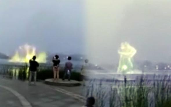 Denizin üstünde dev hologram şovu!