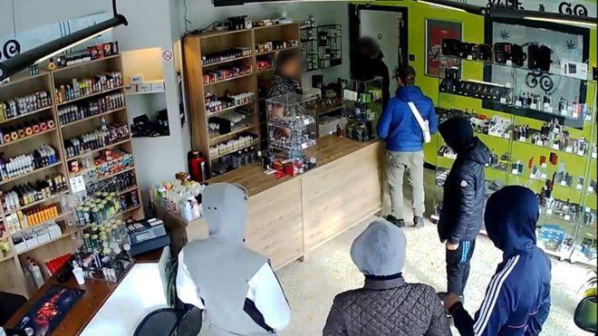 Dünyanın en salak hırsızları! Dükkan sahibinin lafını dinlediler