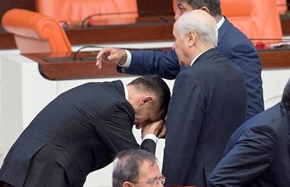 İyi Partili 'eline tükürdü' MHP'liler çıldırdı: 'Müsavat efendi senin...'