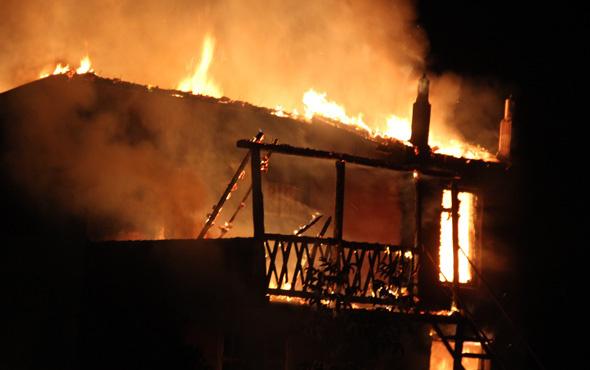 Konya'da iki katlı ev alev alev yandı
