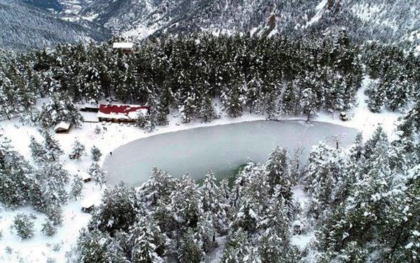Trabzon'da  Limni Gölü kar güzelliğiyle büyülüyor