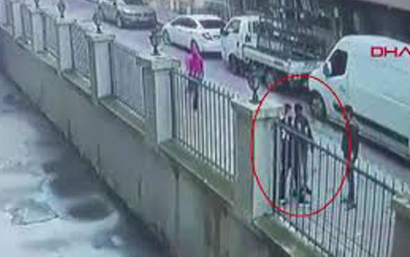Sultangazi'de 2 çocuğun gasp edilmesi güvenlik kamerasında
