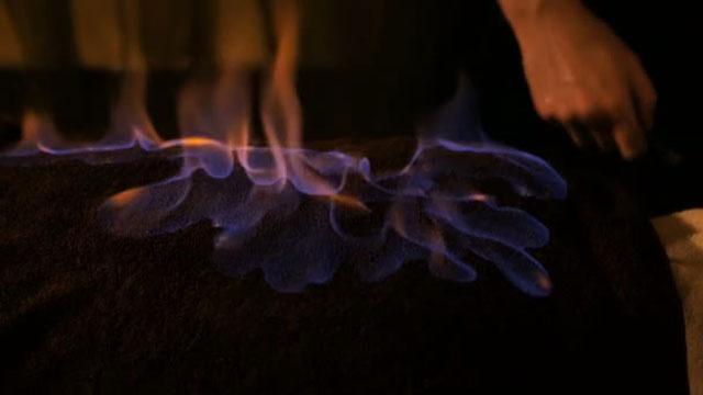 Yeni akım Ateş Terapisi! Yanan havluyu insanların yüzlerine basıyorlar