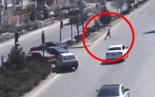 Çocuğunun elini bıraktı, kırmızı ışıkta otomobil çarptı