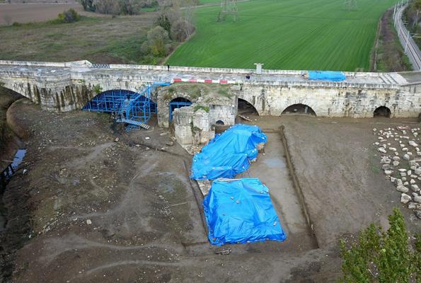Bin 500 yıllık köprünün altından tarihi hamam çıktı