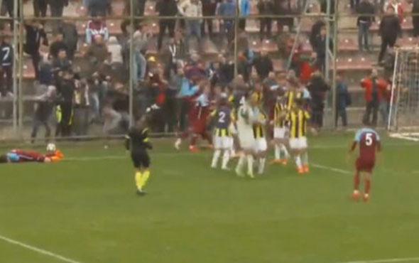 Trabzonspor - Fenerbahçe maçında kavga çıktı!