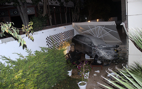 Akılalmaz kaza: Kadın sürücü apartmanın bahçesine uçtu!