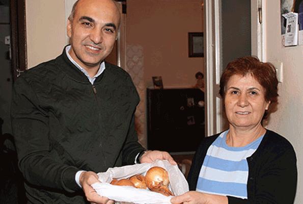 Soğanı dağıtan dağıtana Bakırköy belediyesi soğan dağıttı