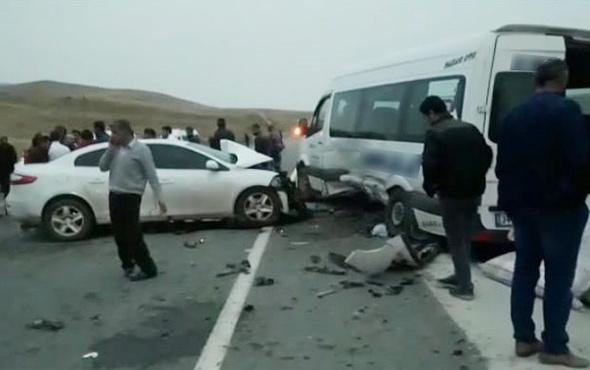 Otomobil ile minibüs çarpıştı: Çok sayıda yaralı var!