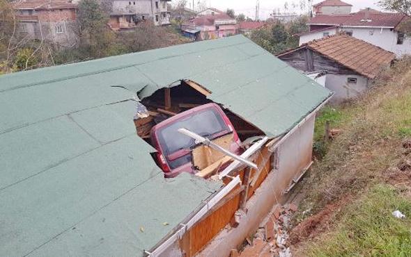 Evin çatısına uçan araç tavanı parçalayıp salona düştü