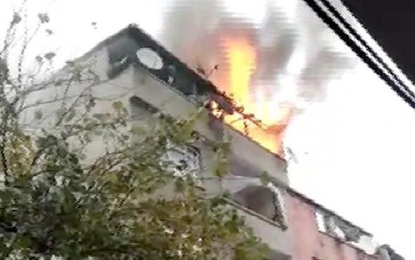 Bağcılar'da 4 katlı binanın çatısı alev alev yandı