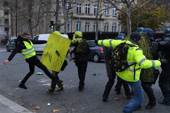 Fransa ortalık toz duman Sarı Yelekliler meydanda