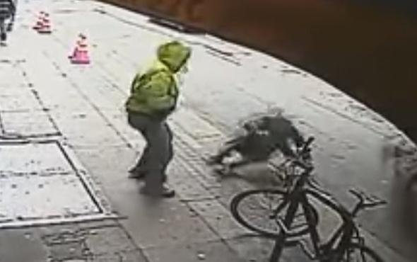 Yol kenarında yürüyen adamı arabanın altına itti