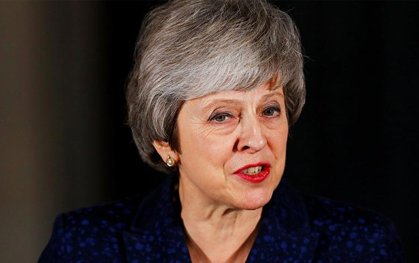 """İngiltere'de """"Kader"""" oylamasını Theresa May kazandı"""