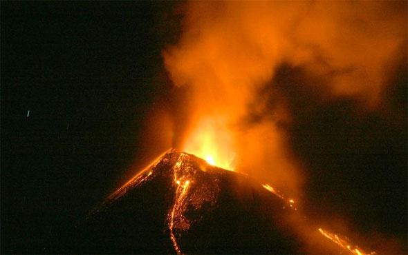 Yanardağ yine patladı kül ve duman 3 bin metreye ulaştı.
