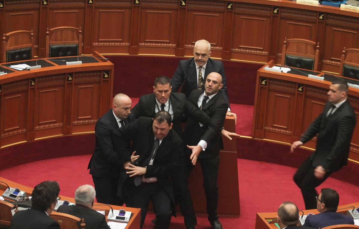 Arnavutluk meclisinde Başbakan'a yumurta atıldı