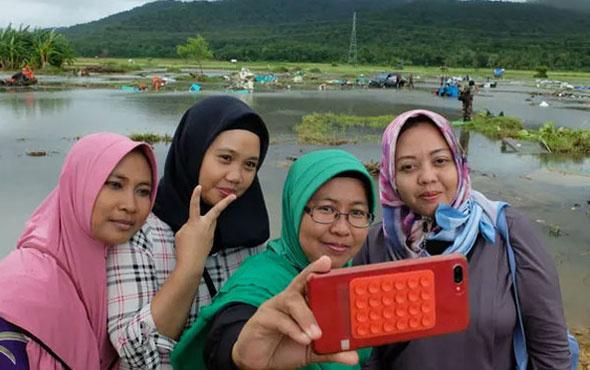 İnsanlık da öldü tsunami 500 can aldı onlar zafer işaretli selfie yarışına girdi