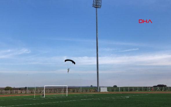 Stadın aydınlatma direğinden paraşütle atladı