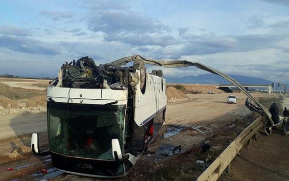 Servis otobüsü ile otomobil çarpıştı: 36 yaralı