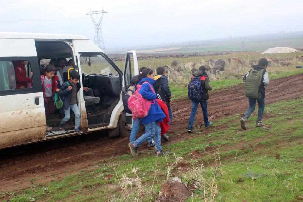 Siverek'te öğrenciler eşek sırtında çıplak ayakla okula gidiyor