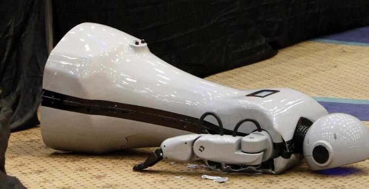Kendisini müziğin ritmine kaptıran Konyalı robot sahneden düştü