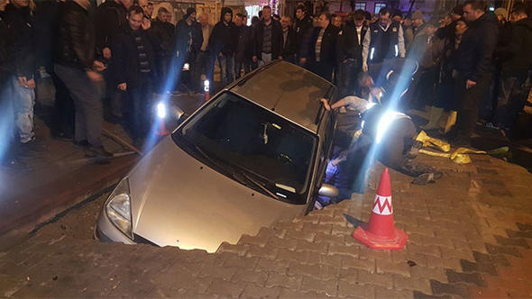 Yok artık! Yol çöktü otomobil gömüldü