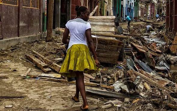 Depremzedelerle seks skandalının fotoğrafları ortaya çıktı