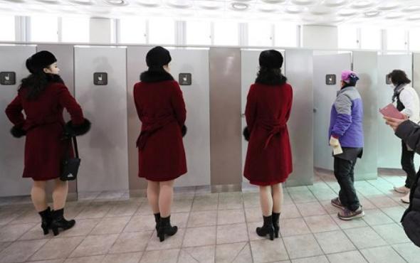 Böylesi ilk defa görüldü! Tuvalete bile yalnız gidemiyorlar