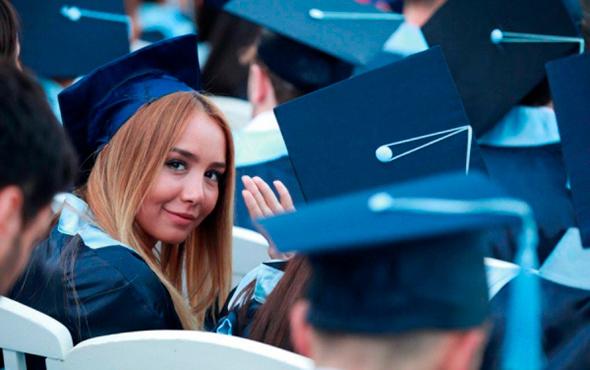 Hiç okula gitmeyenler, üniversite mezunlarından mutlu