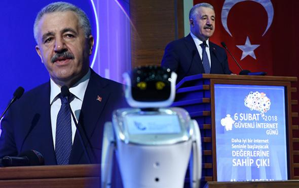Programda ilginç anlar sunucu robot Bakan'ın sözünü kesince...