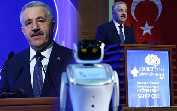 Programda ilginç anlar sunucu robot Bakan'ın sözünü bölünce...