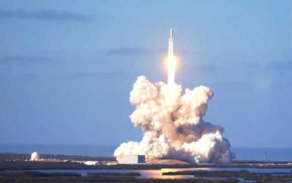 Falcon Heavy test uçuşu başarıyla gerçekleşti: Tesla uzayda!