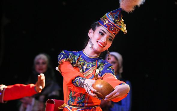 Dansları ve kostümleriyle izleyicileri hayran bıraktılar! Türk Dünyası...