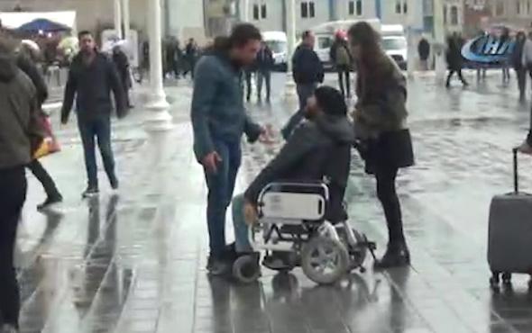 Erkek arkadaşından yol ortasında şiddet gören kadına engelli bir vatandaş yardım etti