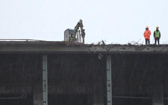 AKM'nin çatısına çıkarılan iş makinesi yıkıma başladı
