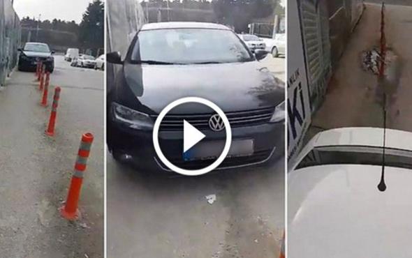 Yoluna park eden araçların üstünden geçen yaya