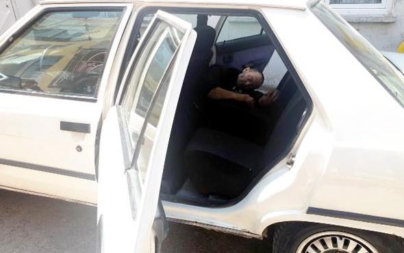 Otomobilin arka koltuğunda korkunç ölüm