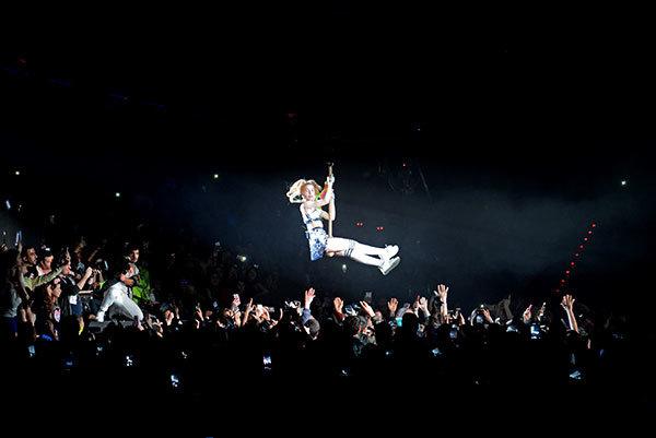 Yeni yaşını hayranlarıyla kutlayan Aleyna Tilki sahneye uçarak geldi - Sayfa 2
